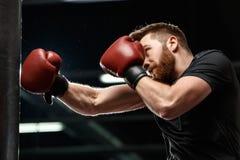 Przystojny młody silny sporta mężczyzna bokser robi ćwiczeniom fotografia royalty free