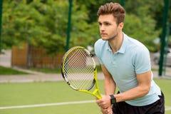 Przystojny młody sportowiec bawić się tenisa Zdjęcie Stock