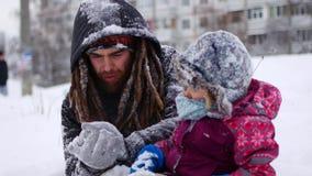 Przystojny młody tata i jego mała śliczna córka mamy zabawę plenerową w zimie Cieszyć się wydający czas wpólnie podczas gdy zbiory