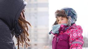 Przystojny młody tata i jego mała śliczna córka mamy zabawę plenerową w zimie Cieszyć się wydający czas wpólnie podczas gdy zdjęcie wideo