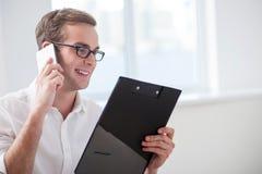 Przystojny młody biznesmen komunikuje dalej Obraz Stock