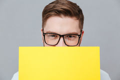 Przystojny młody brodaty biznesmena mienia copyspace puste miejsce Fotografia Stock