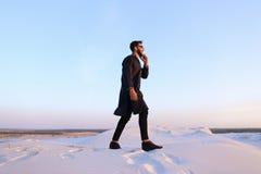 Przystojny męski Arabski biznesmen opowiada na komórkowy biznesowy pro, s Fotografia Stock