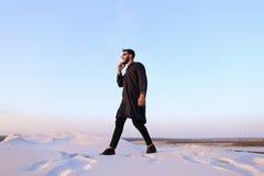 Przystojny męski Arabski biznesmen opowiada na komórkowy biznesowy pro, s Obraz Stock