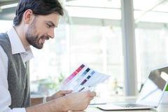 Przystojny męski freelancer pracuje w biurze Obraz Royalty Free