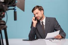 Przystojny męski reporter jest komunikacyjny na Zdjęcie Stock