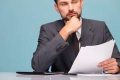 Przystojny męski reporter pracuje przy studiiem Zdjęcia Stock
