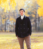 Przystojny mężczyzna jest ubranym czarną żakiet kurtkę w jesień dniu Obraz Stock