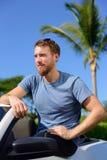 Przystojny mężczyzna pokazuje daleko nowego luksusowego kabrioletu samochód Obraz Stock
