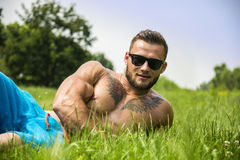 Przystojny Mięśniowy Bez koszuli kawału chłopa mężczyzna Plenerowy w miasto parku Zdjęcie Royalty Free