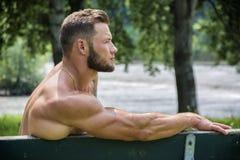 Przystojny Mięśniowy Bez koszuli kawału chłopa mężczyzna Plenerowy w miasto parku Obraz Royalty Free