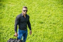 Przystojny Mięśniowy kawału chłopa mężczyzna Plenerowy w miasto parku Fotografia Stock