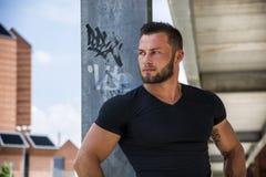 Przystojny mięśniowy mężczyzna stać plenerowy w mieście Fotografia Stock