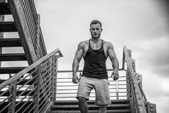 Przystojny mięśniowy mężczyzna stać plenerowy w mieście Obraz Stock