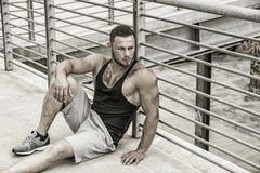 Przystojny mięśniowy mężczyzna stać plenerowy w mieście Obrazy Royalty Free