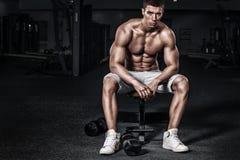 Przystojny mięśniowy mężczyzna trening przy crossfit gym obrazy royalty free