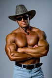 Przystojny mięśniowy mężczyzna z kapeluszem Fotografia Stock