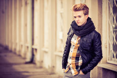 Przystojny modny mężczyzna plenerowy zdjęcia stock