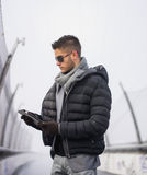 Przystojny modny mężczyzna w zimy mody patrzeć fotografia royalty free