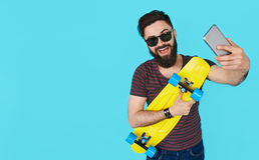 Przystojny młody człowiek z brodą bierze selfie Zdjęcia Royalty Free