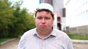Przystojny muzułmański mężczyzna mówić nie trząść głowę outdoors z bliska zbiory wideo