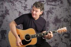 Przystojny muzyk Bawić się gitarę zdjęcia stock
