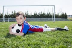 Przystojny nastolatek chłopiec futbol Fotografia Royalty Free