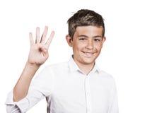 Przystojny nastolatek pokazuje cztery palca, liczby 4 gest Fotografia Royalty Free