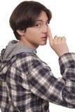 Przystojny nastoletni chłopak pokazuje cichego znaka Fotografia Stock