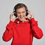 Przystojny nastoletni chłopak z hełmofonami zasięrzutnymi obraz stock