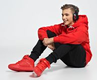 Przystojny nastoletni chłopak z hełmofonami zasięrzutnymi obrazy stock