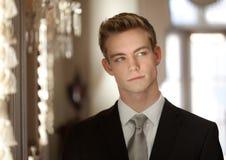 Przystojny Nastoletni w kostiumu i krawacie fotografia royalty free