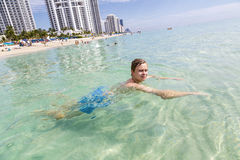 Przystojny nastoletni zabawę w oceanie fotografia royalty free