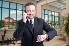 Przystojny nieruchomość maklera mężczyzna opowiada na telefonie komórkowym Zdjęcia Royalty Free