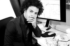Przystojny nowożytny architekta główkowanie w biurze Obraz Stock