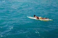 Przystojny ogorzały mężczyzna unosi się na surfboard Fotografia Stock