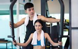 Przystojny Osobisty sprawność fizyczna trener pomaga młodej kobiety w Zdjęcia Royalty Free