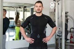 Przystojny Osobisty trenera Stać Silny W Gym Fotografia Royalty Free