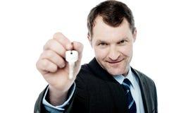 Przystojny pośrednik handlu nieruchomościami ofiary domu klucz fotografia royalty free
