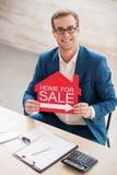 Przystojny pośrednik w handlu nieruchomościami sprzedaje nowego mieszkanie Fotografia Stock