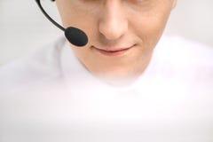 Przystojny pomoc techniczna operator pracuje na komputerze Zdjęcie Stock