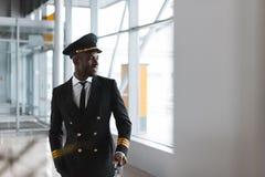przystojny potomstwo pilot z bagażem przy lotniskiem zdjęcia stock