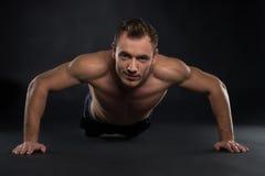 Przystojny potomstwo sporta mężczyzna. obrazy royalty free