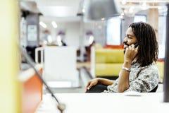 Przystojny projektant ono uśmiecha się podczas gdy pracujący w biurze zdjęcie stock