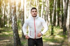 Przystojny rozochocony biegacz jogging w parku Zdjęcia Stock
