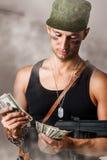 Wojskowy odliczający pieniądze Zdjęcie Stock