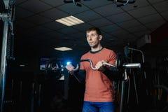 Przystojny sportowy mężczyzna trenuje bicepsa barbell w gym obrazy royalty free