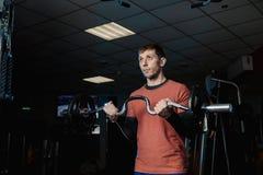 Przystojny sportowy mężczyzna trenuje bicepsa barbell w gym zdjęcie stock