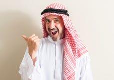 Przystojny starszy arabski mężczyzna w domu obrazy royalty free