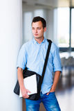 Przystojny student collegu na kampusie Fotografia Royalty Free